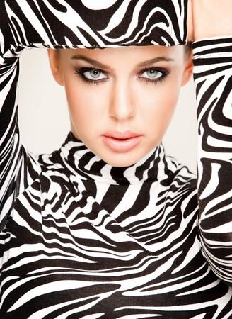 mujeres fashion: bell�sima mujer joven posando en traje de patr�n de zebra