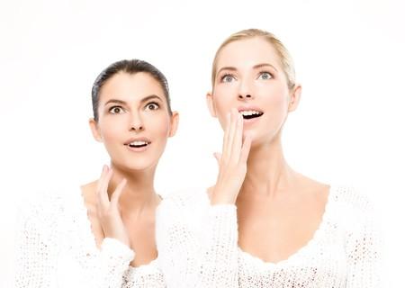 두 젊은 백인 여성 놀라 울, 흰색으로 격리
