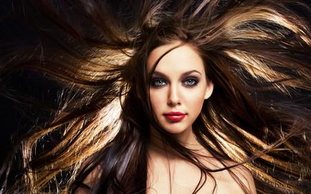 close-up portret van jonge brunette vrouw, met haar haren in beweging