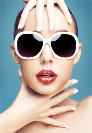 close-up studio portret van jonge mooie vrouw draagt witte zonne bril  Stockfoto