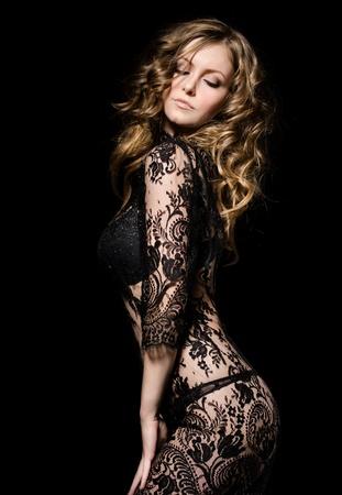 검은 색 레이스 드레스 춤의 화려한 젊은 모델