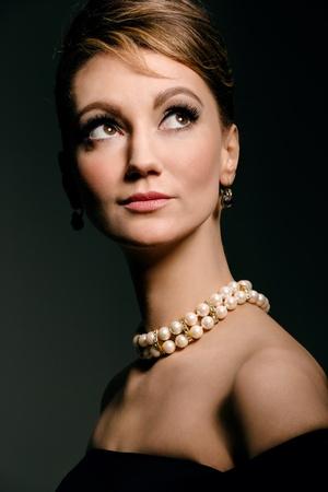 perlas: estilo de retrato de estudio de joven, cl�sico retro Foto de archivo