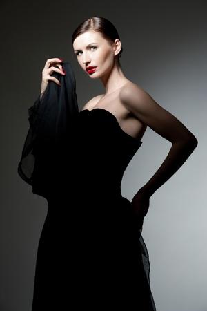 donne eleganti: giovane donna indoeuropea in abito posteriore in posa, colpo di studio Archivio Fotografico