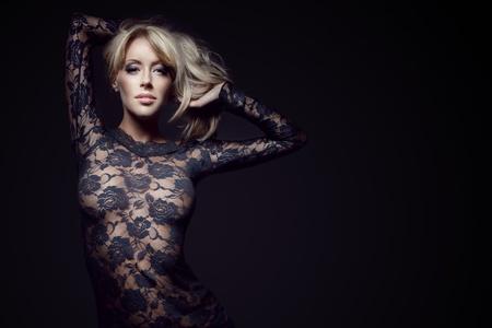 블랙에 고립 된 레이스 드레스에 화려한 금발, 스튜디오 촬영, 복사본에 대 한 공간 스톡 콘텐츠