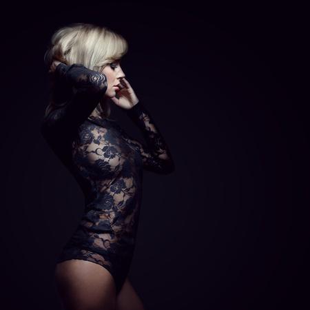 femme noire nue: superbe blonde en robe de dentelle, isol� sur noir, tourn� en studio, espace pour la copie Banque d'images