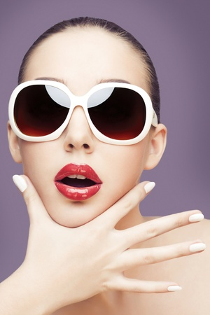 young woman wearing sunglasses Banque d'images
