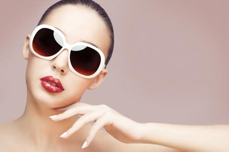 modellini: giovane donna che indossa occhiali da sole