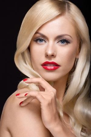 cabello rubio: Retrato de estudio de la joven y bella modelo rubia