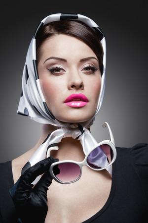 labios sexy: joven y elegante mujer cauc�sica posando, estilo retro