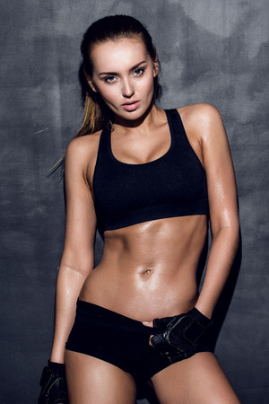 pantalones cortos: atractiva mujer de fitness, cuerpo femenino entrenado, retrato estilo de vida, modelo caucásico Foto de archivo