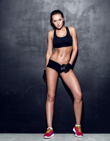 vientre femenino: atractiva mujer de fitness, cuerpo femenino entrenado, retrato estilo de vida, modelo caucásico Foto de archivo