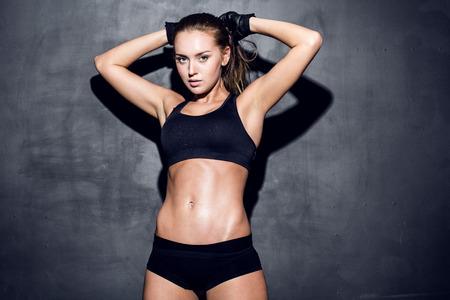 매력적인 피트 니스 여자, 훈련 된 여성의 몸, 라이프 스타일 초상화, 백인 모델 스톡 콘텐츠 - 27292117