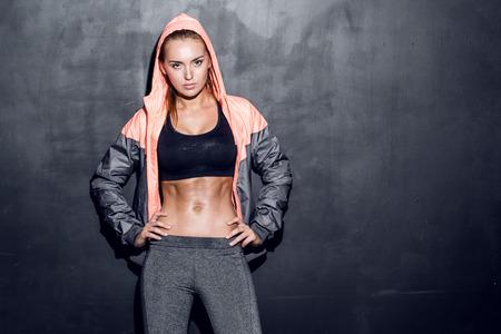 fit on: atractiva mujer de fitness, cuerpo femenino entrenado, retrato estilo de vida, modelo cauc�sico Foto de archivo