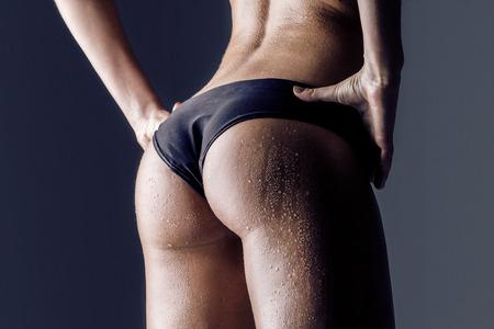 cintura perfecta: primer plano de la joven de nuevo atleta femenina, nalgas capacitados, ajuste la forma Foto de archivo