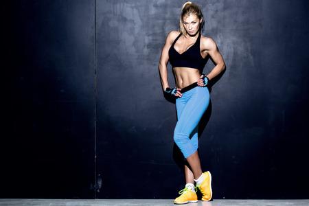 fitness training: aantrekkelijke vrouw fitness, opgeleid vrouwelijk lichaam, lifestyle portret, Kaukasisch model