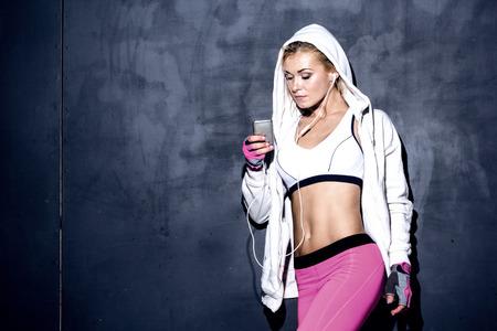 aantrekkelijk fitness vrouw met mp3-speler, Kaukasisch model