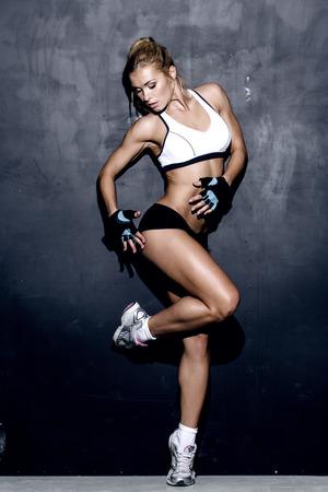 pantalones cortos: atractiva mujer de fitness, cuerpo femenino entrenado, retrato estilo de vida, caucásico modelo Foto de archivo