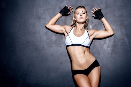sudoracion: atractiva mujer de fitness, cuerpo femenino entrenado, retrato estilo de vida, cauc�sico modelo Foto de archivo