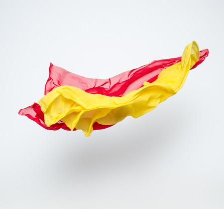 tela seda: piezas abstractas de vuelo tela roja y amarilla, tiro del estudio, elemento de diseño