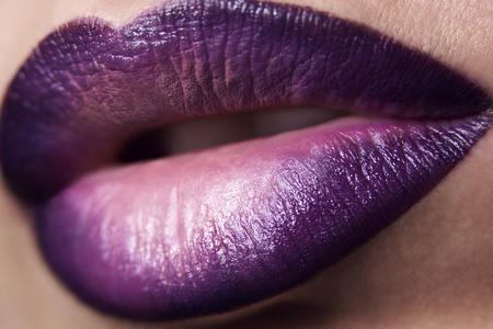 labios de la mujer del primer con maquillaje artístico