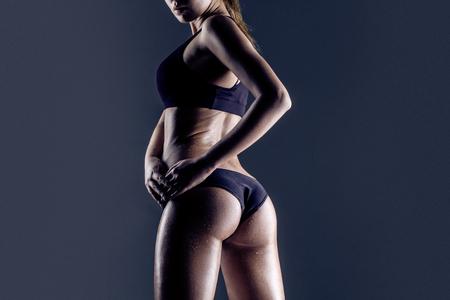 cuerpo perfecto femenino: primer plano de joven atleta posterior de la hembra, las nalgas capacitados, ajuste la forma