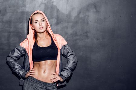 ginástica: atraente mulher fitness, corpo feminino treinado, estilo de vida retrato, modelo caucasiano