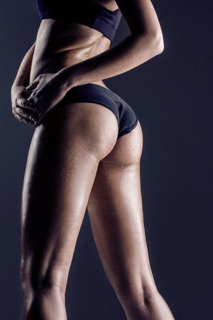 cuerpo femenino perfecto: primer plano de joven atleta posterior de la hembra, las nalgas capacitados, ajuste la forma