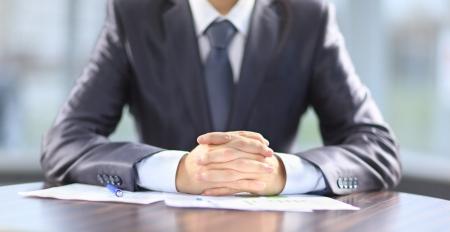 jefe: De negocios que trabaja con documentos en la oficina