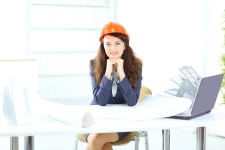 creador: Ingeniero de negocios hermosa con la oficina del plan de trabajo. Foto de archivo