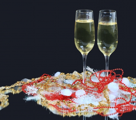 skoal: Glasses of champagne decorated, on a black background