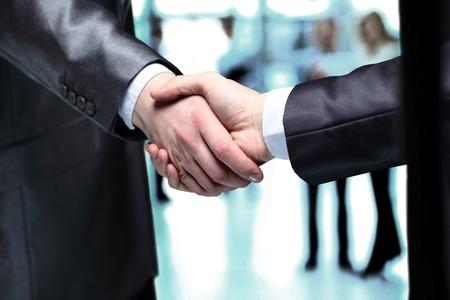 Close-up von Geschäftsleuten Händeschütteln, ihre Partnerschaft zu bestätigen Standard-Bild - 27695633