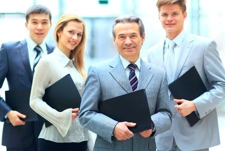 Gruppenbild eines professionellen Business-Team sucht selbstbewusst in die Kamera Standard-Bild - 33608511