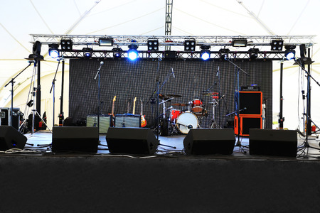 An empty Stage Before the Concert with floodlight and musical instruments Foto de archivo