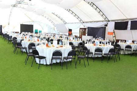 Elegante Hochzeitsempfangsbereich, bereit für die Gäste und das Brautparty. Rich-Blumenstrauß Tisch. Standard-Bild - 39903707