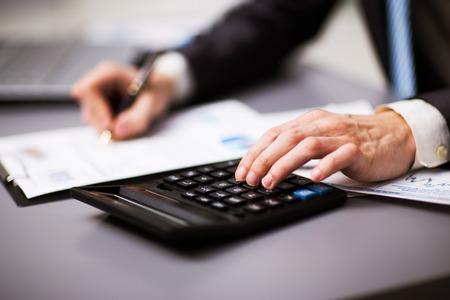 suo: Uomo che fa la sua contabilit�, consulente finanziario di lavoro Archivio Fotografico