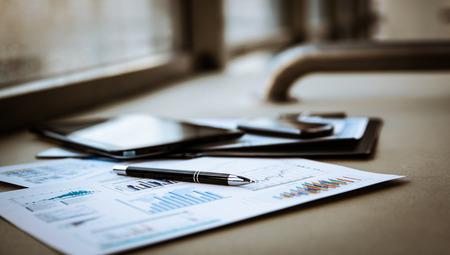 contabilidad financiera cuentas: documentos comerciales con curvas de crecimiento, teclado y l�piz. hombre de negocios el lugar de trabajo