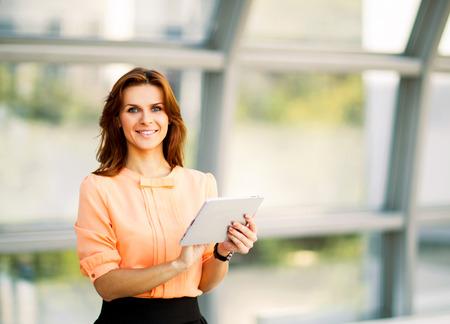 Junge lächelnde Geschäftsfrau, die digitale Tablet-Computer Standard-Bild - 36363979