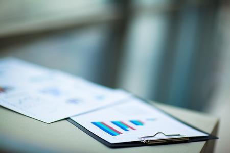 contabilidad: tablas financieras y gr�ficos sobre la mesa