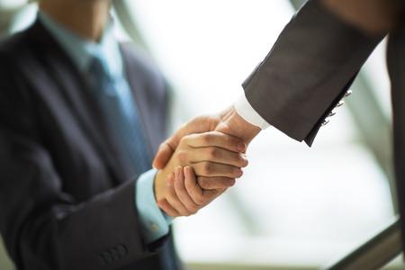 Geschäftsmann, die Hände rütteln, um ein Abkommen mit seinem Partner zu versiegeln Standard-Bild - 36365976