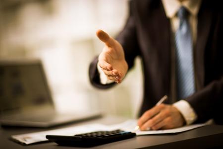 hand shake: Retrato de un exitoso hombre de negocios que da una mano Foto de archivo