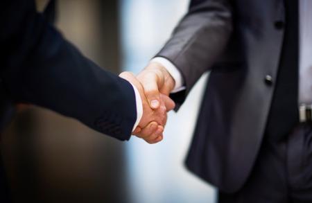 Geschäftsleute, die Hände schütteln Standard-Bild - 36795985