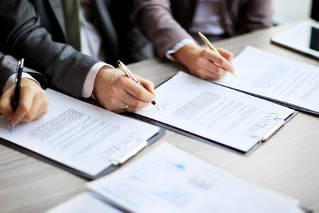 contrato de trabajo: Negocios j�venes en la entrevista de trabajo, firmaron un contrato de trabajo con el jefe en la oficina