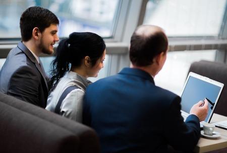 jovenes empresarios: Equipo de negocios trabajando juntos para lograr mejores resultados