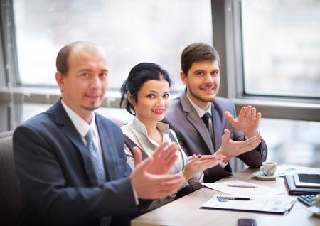manos aplaudiendo: Primer plano de la gente de negocios que aplauden las manos. Concepto seminario de negocios