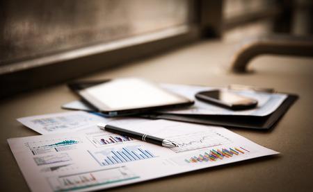 contabilidad financiera: documentos comerciales con curvas de crecimiento, teclado y lápiz. hombre de negocios el lugar de trabajo