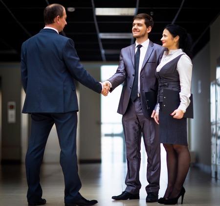 dando la mano: hombres de negocios alegre dando la mano