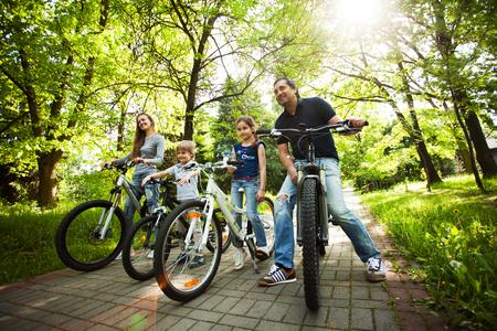 gente saludable: familia feliz en un paseo en bicicleta