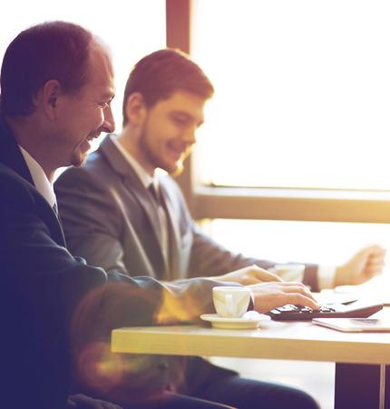hombres trabajando: Equipo de negocios trabajando juntos para lograr mejores resultados