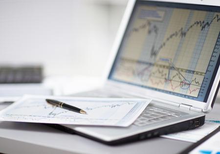 fondos negocios: Negocios que analiza listas de inversión con el portátil. Contabilidad Foto de archivo