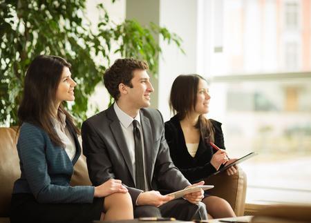 hombre de negocios: equipo de negocios en una reunión de negocios en la oficina Foto de archivo